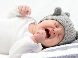 Çocuklarda orta kulak iltihabı belirtileri ve tedavi yaklaşımı nasıldır?