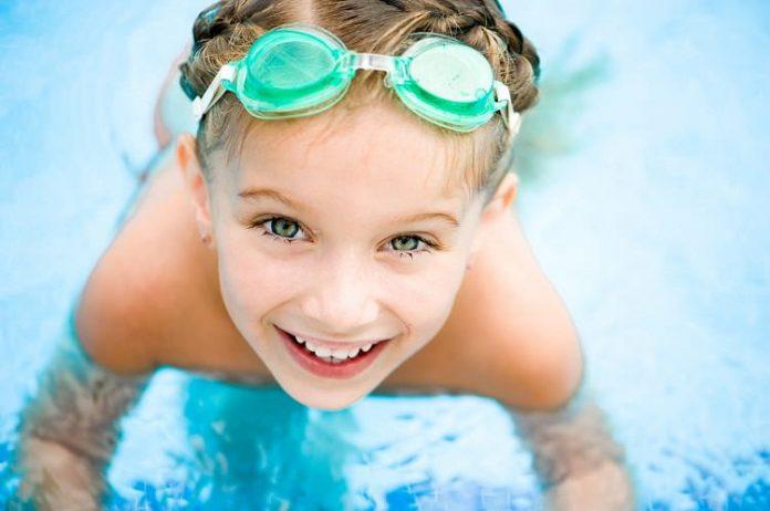 Havuz suyu ve güneş ışınları çocukların göz sağlığını etkiliyor!