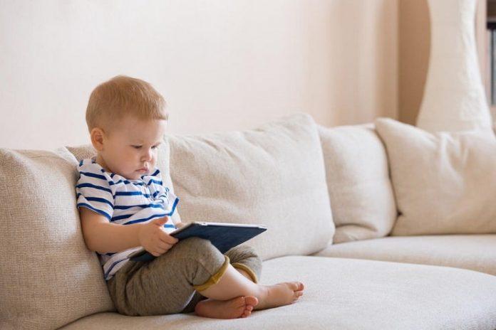 Çocukların ekran başında geçirdiği süre gelişimlerini olumsuz etkiliyor