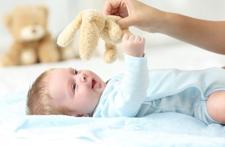 Bebekler ne zaman nesneleri tutmayı öğrenir?
