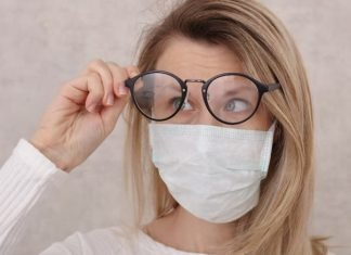 Maske takınca buğulanan gözlük camları için çözümler