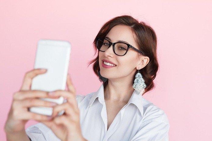 Gözlük takan kadınlar için en özel stil ipuçları