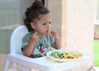 Çocuğum yemekleri yere fırlatıyor, ne yapmalıyım